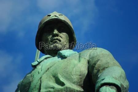 soldat auf dem sowjetischen ehrenmal