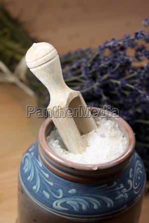 badesalz in einem keramikgefaess