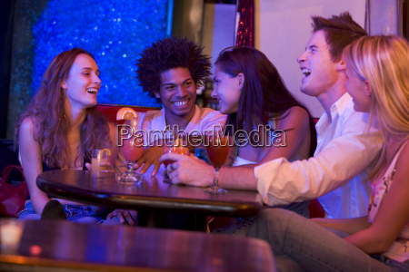 os jovens em um bar