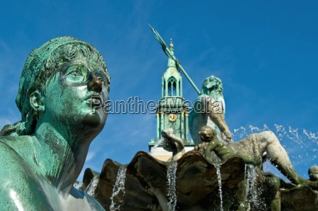 neptune fountain with marienkirche on alex