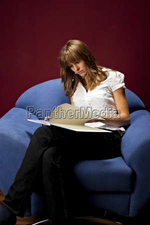 huebsche junge frau beim lesen