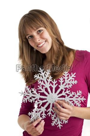 junge frau mit dekorativer schneeflocke