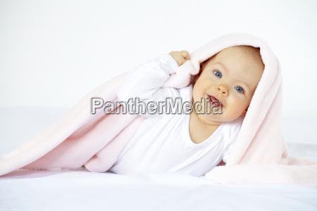 baby with kuscheldecke