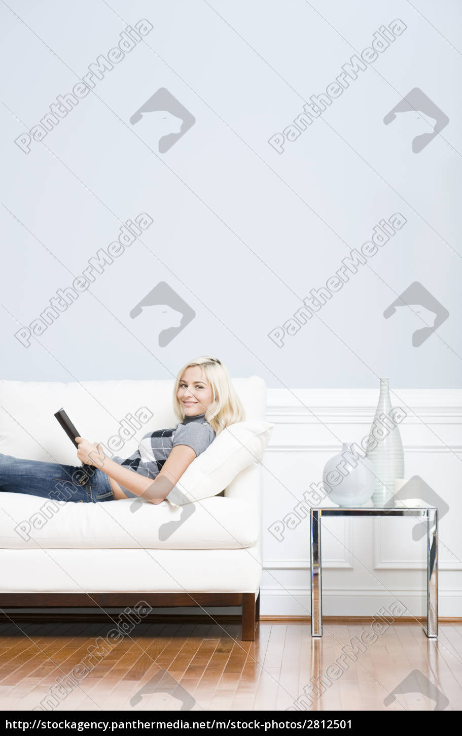 young, woman, lying, on, sofa, reading - 2812501