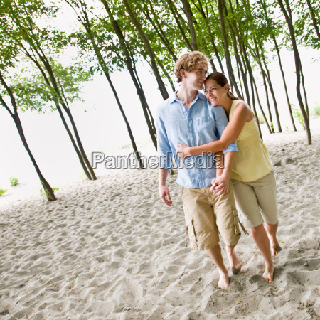 couple, hugging, at, beach - 2823657