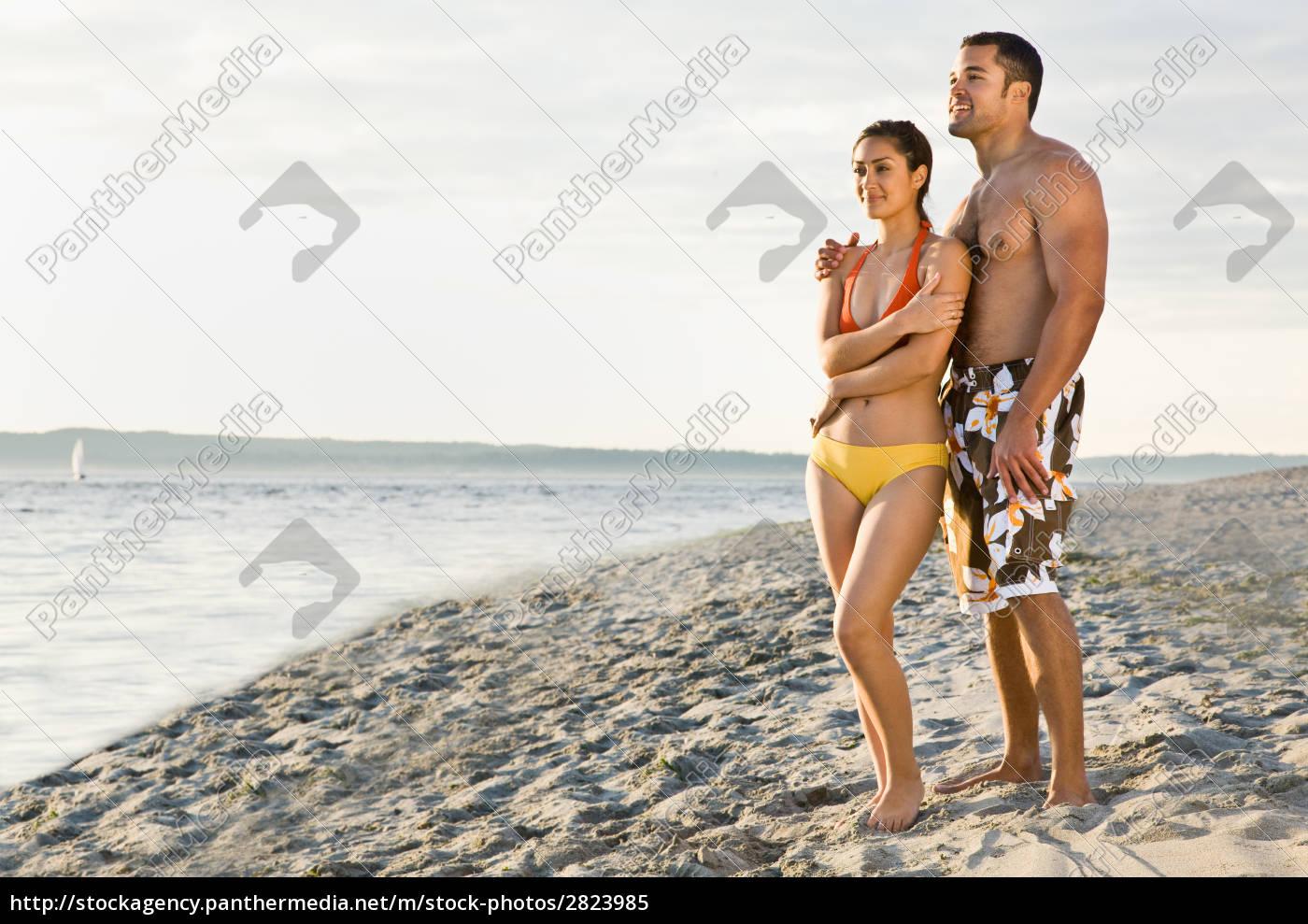 couple, hugging, on, beach - 2823985
