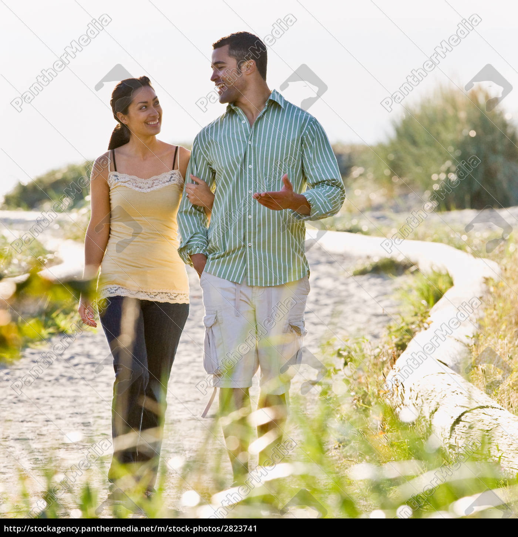 couple, walking, on, beach - 2823741