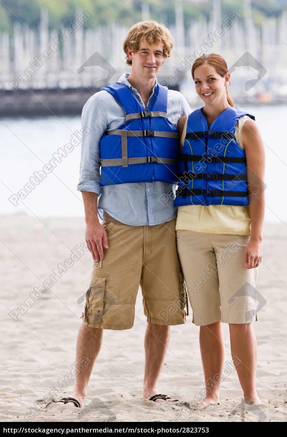 couple, wearing, life, jackets, at, beach - 2823753