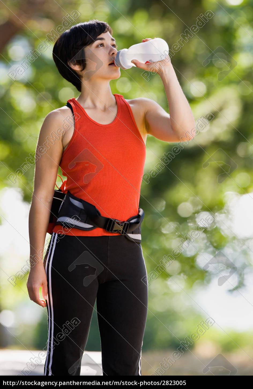 runner, drinking, from, water, bottle - 2823005