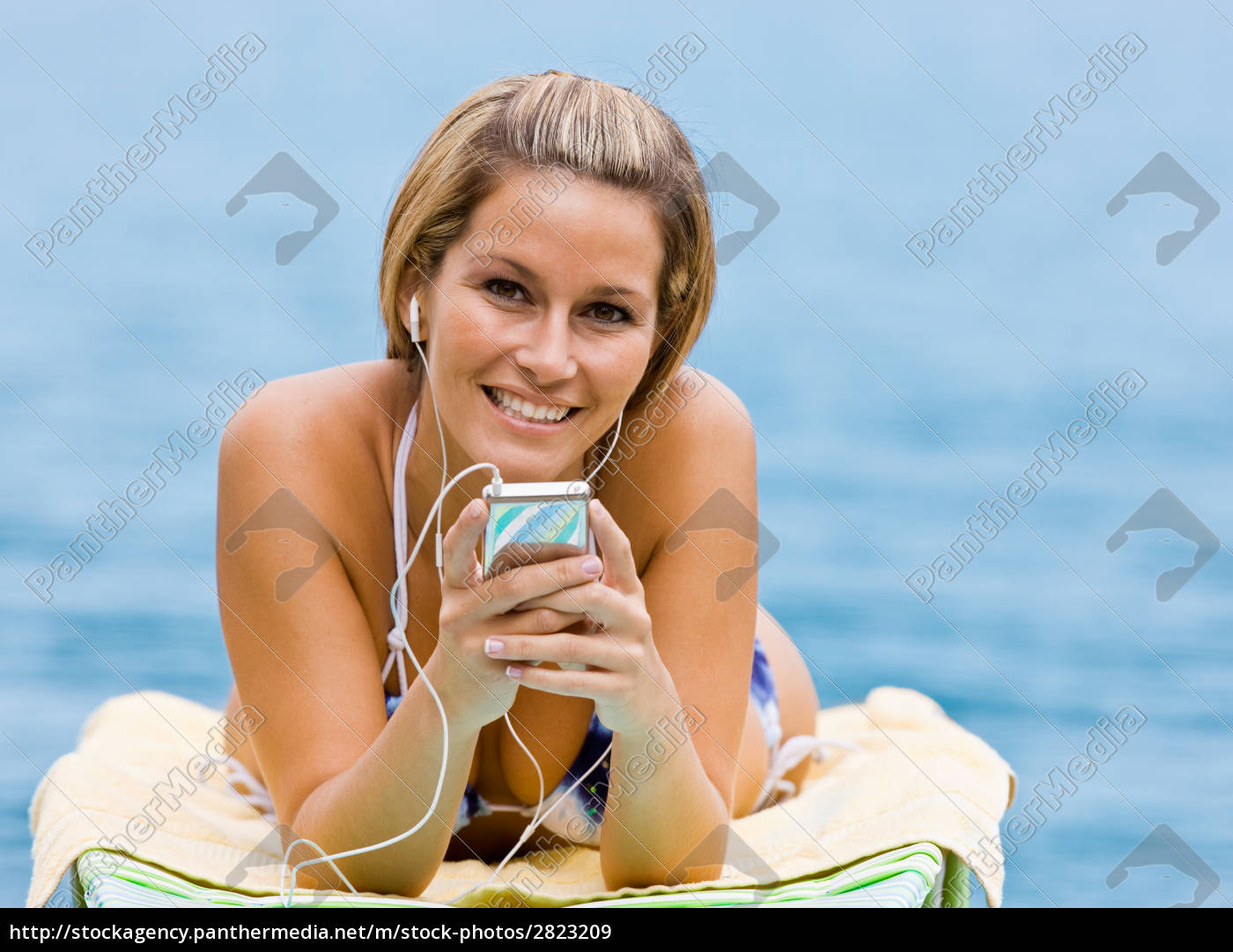 woman, listening, to, mp3, player, at - 2823209