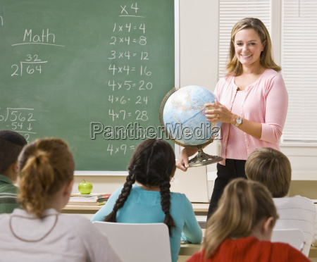 teacher, explaining, globe, to, students - 2832883