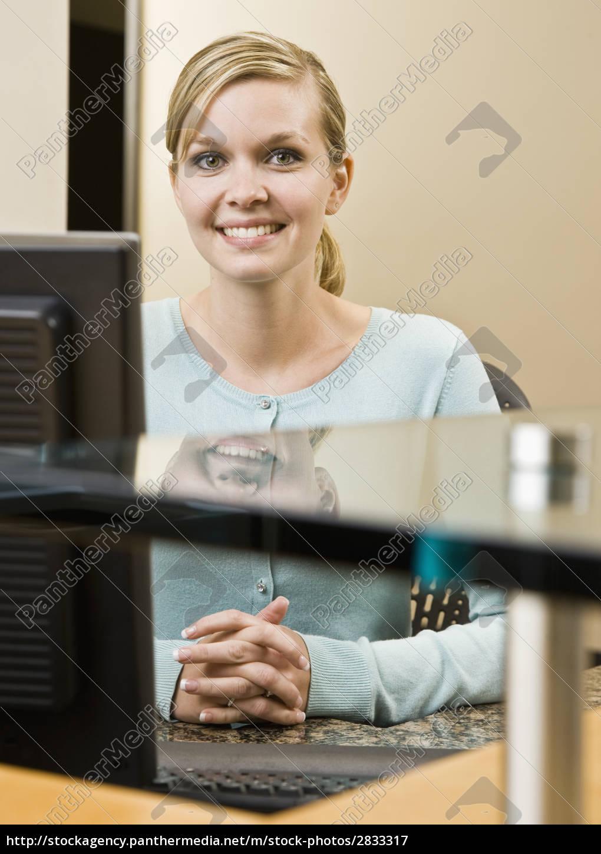 young, woman, at, computer - 2833317