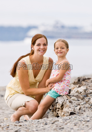 mother, and, daughter, on, beach - 2834911