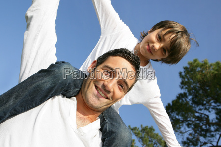 little, boy, sitting, on, the, shoulders - 2898913