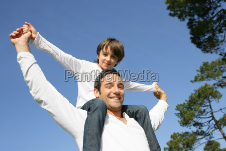 little, boy, sitting, on, the, shoulders - 2899015