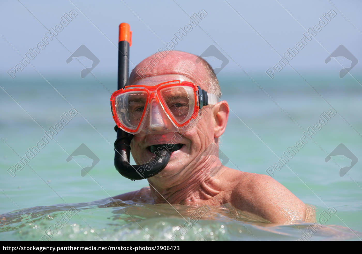old, man, bathing, in, the, sea - 2906473