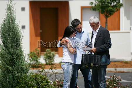 real, estate, agent, with, young, couple - 2962027