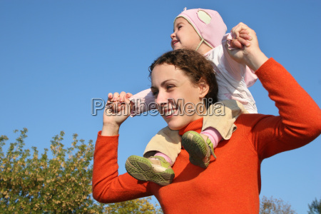 baby, on, mother, shoulders - 2998961
