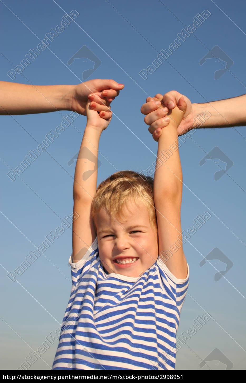 boy, with, parents, hands - 2998951
