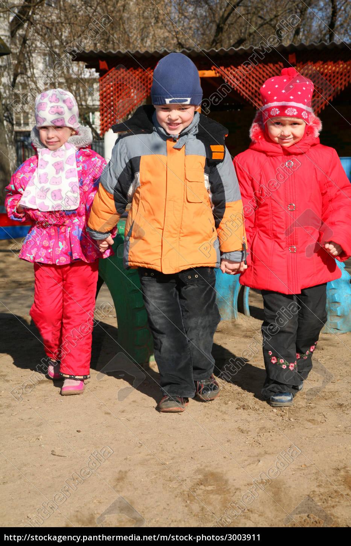 boy, with, girls, in, kindergarten - 3003911