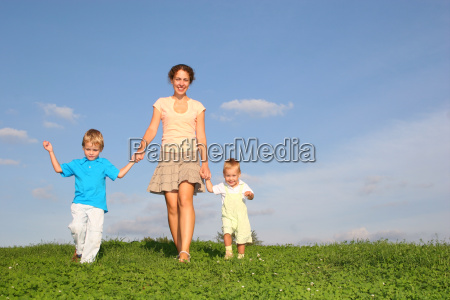 mother, with, children, on, meadow - 3003851