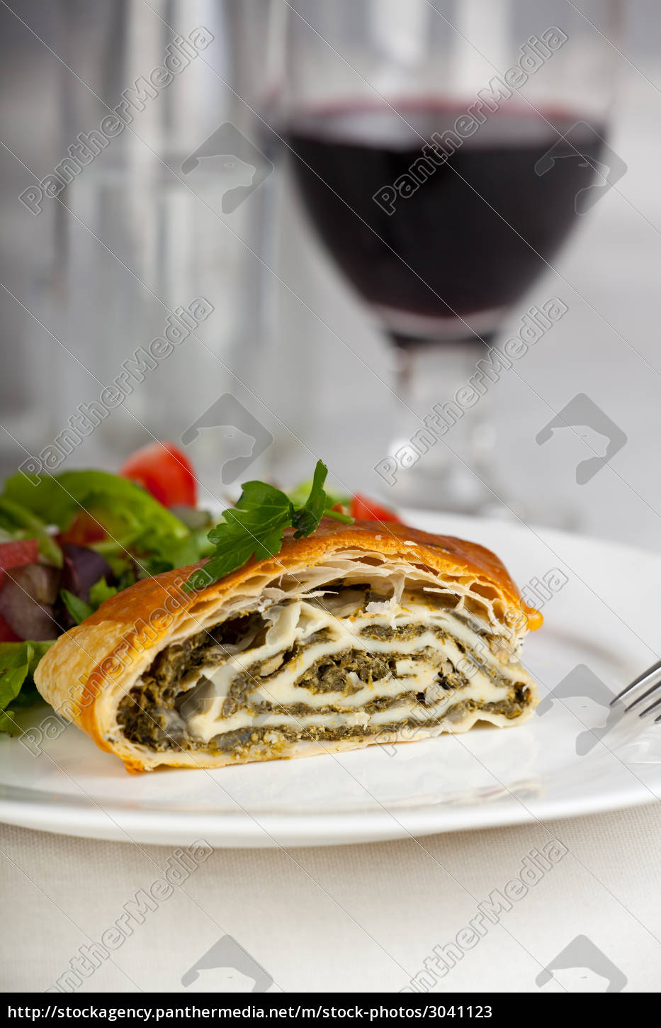spinach, strudel, with, salad, and, red - 3041123