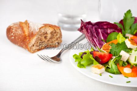 gemischter salat mit einer gabel