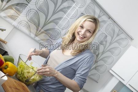 woman, cooks, in, kitchen - 3070123
