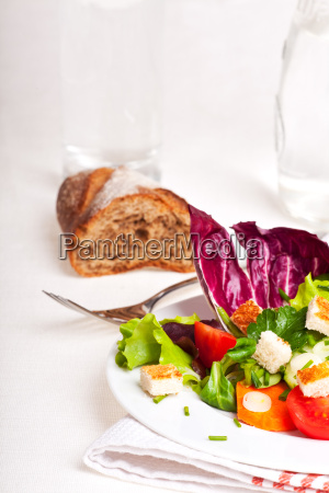 gemischter salat auf einem weissen teller