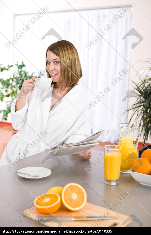breakfast, -, smiling, woman, reading, newspaper - 3110335