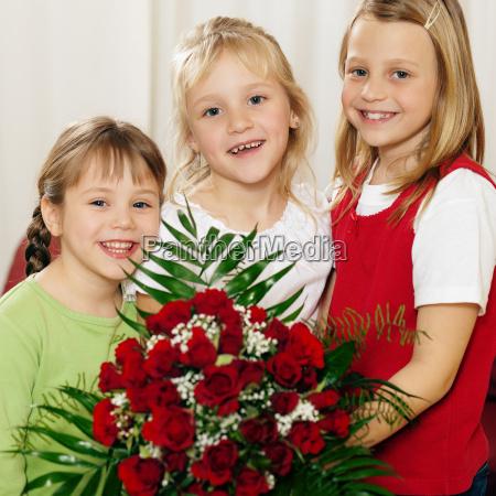 children, wait, with, bouquet, on, mami - 3111535