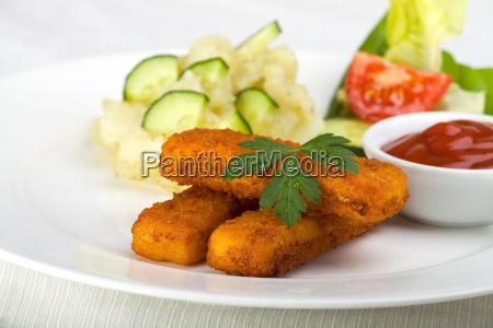 drei fischstaebchen und kartoffelsalat