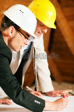 architect and civil engineer discuss