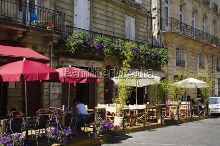 sidewalk cafe at the roadside porte