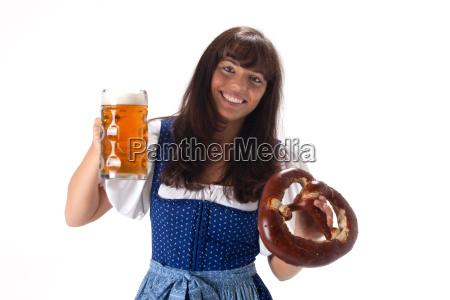 frau im dirndl mit bier und