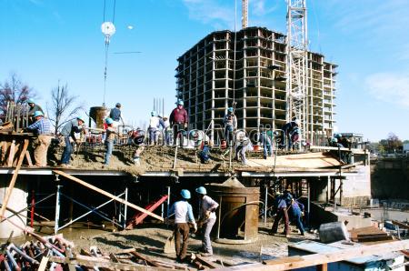 lavoratori che versano cemento nel nuovo