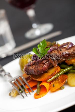 schwaebische steak mit gebratenen zwiebelringen