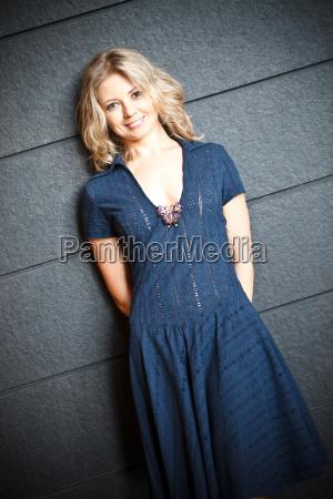 anlaechelnde blond woman
