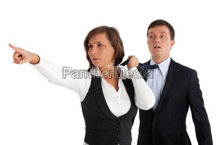 erschrockene businessfrau mit mann im schlepptau