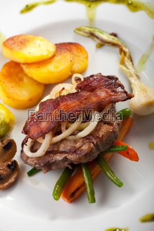 speck auf ein steak mit gemuese