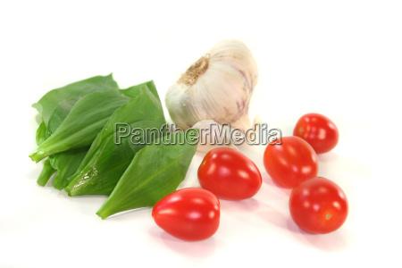 garlic with tomatoes and garlic