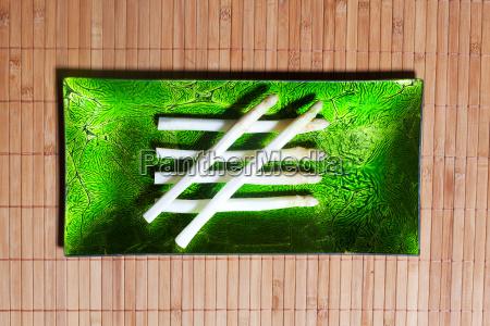 geschaelter spargel auf einer gruenen platte