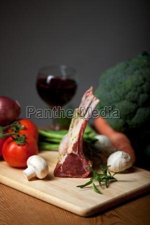 lammfleisch und gemischtes gemuese