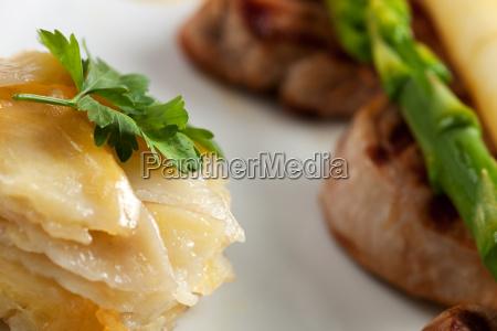 nahaufnahme von kartoffelgratin und weissem und