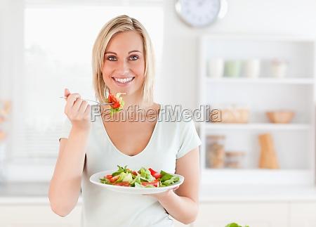 taet pa en smuk kvinde spiser