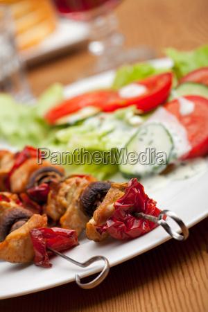 huehnerfleisch am spiess und salat