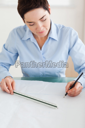 gorgeous kvinde der arbejder pa en