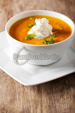 kuerbissuppe in einer suppentasse