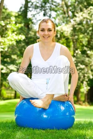 fitness girl outdoor UEbung von pilates