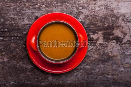 kuerbissuppe auf holzbrett
